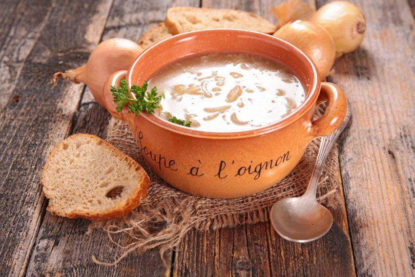 zupa cebulowa w brązowej misce