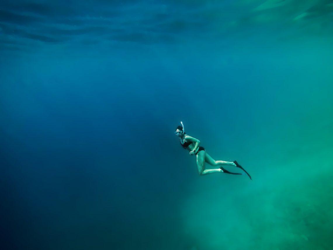 kobieta nurkująca w wodzie