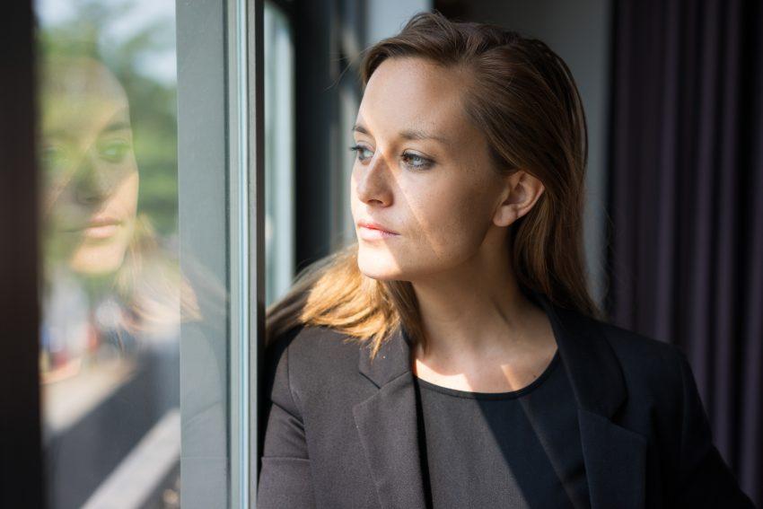 kobieta zamyślona patrzy przez okno
