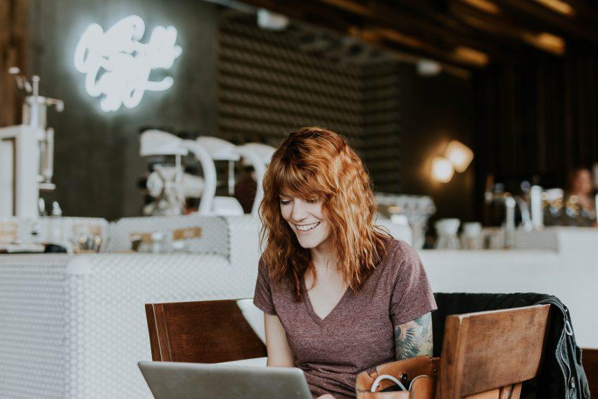Dziewczyna przed komputerem