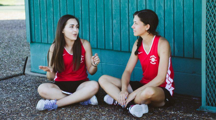 dwie dziewczyny rozmawiają