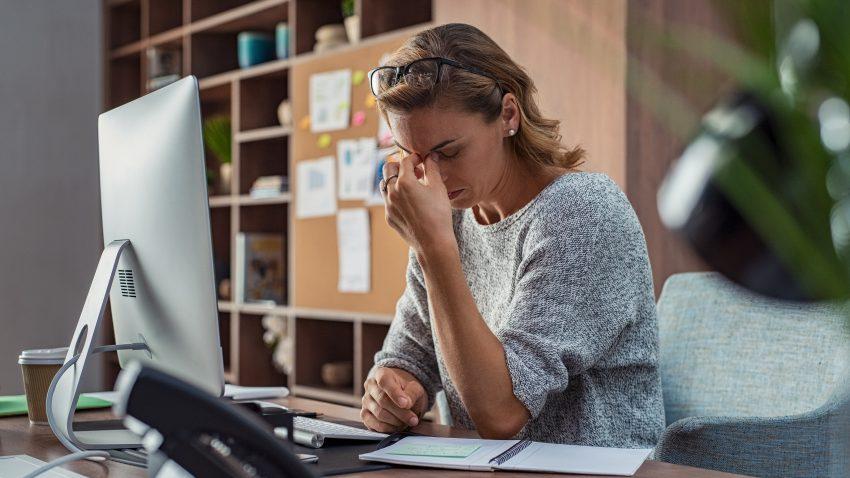zmęczona kobieta w pracy