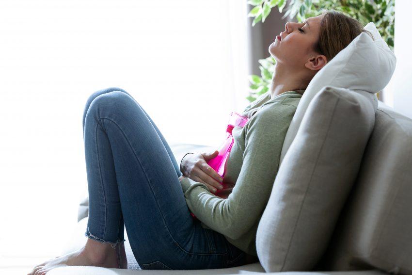 Kobieta siedząca z termoforem