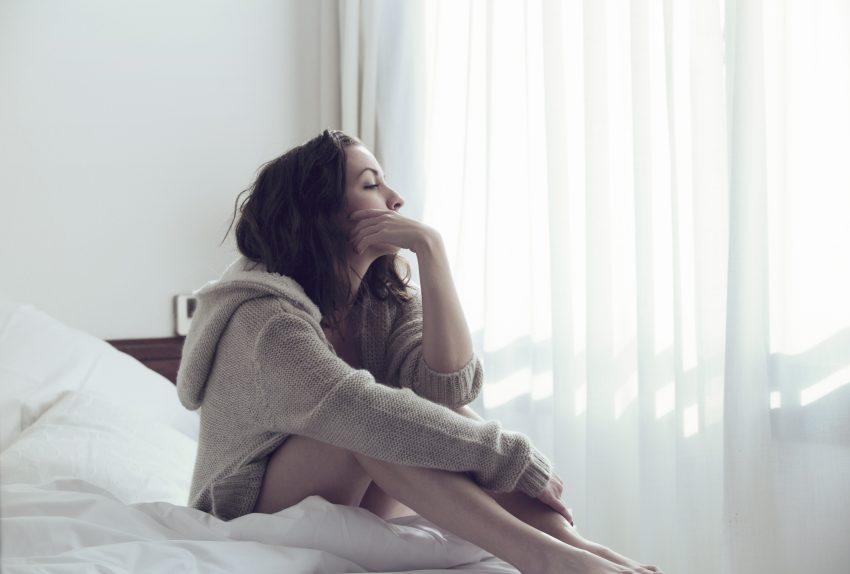 Kobieta w łóżku / istock