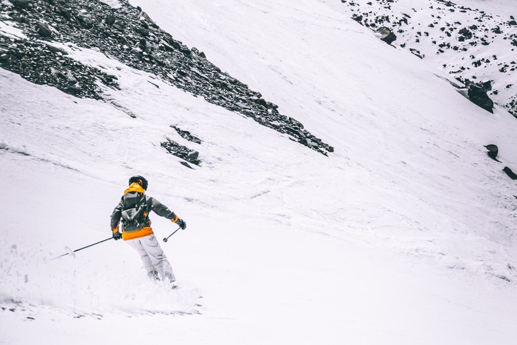 Dziewczyna jeździ na nartach