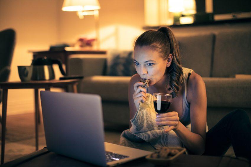 Kobieta je i ogląda film