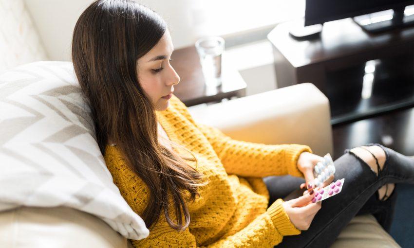 dziewczyna trzyma blistry z witaminami