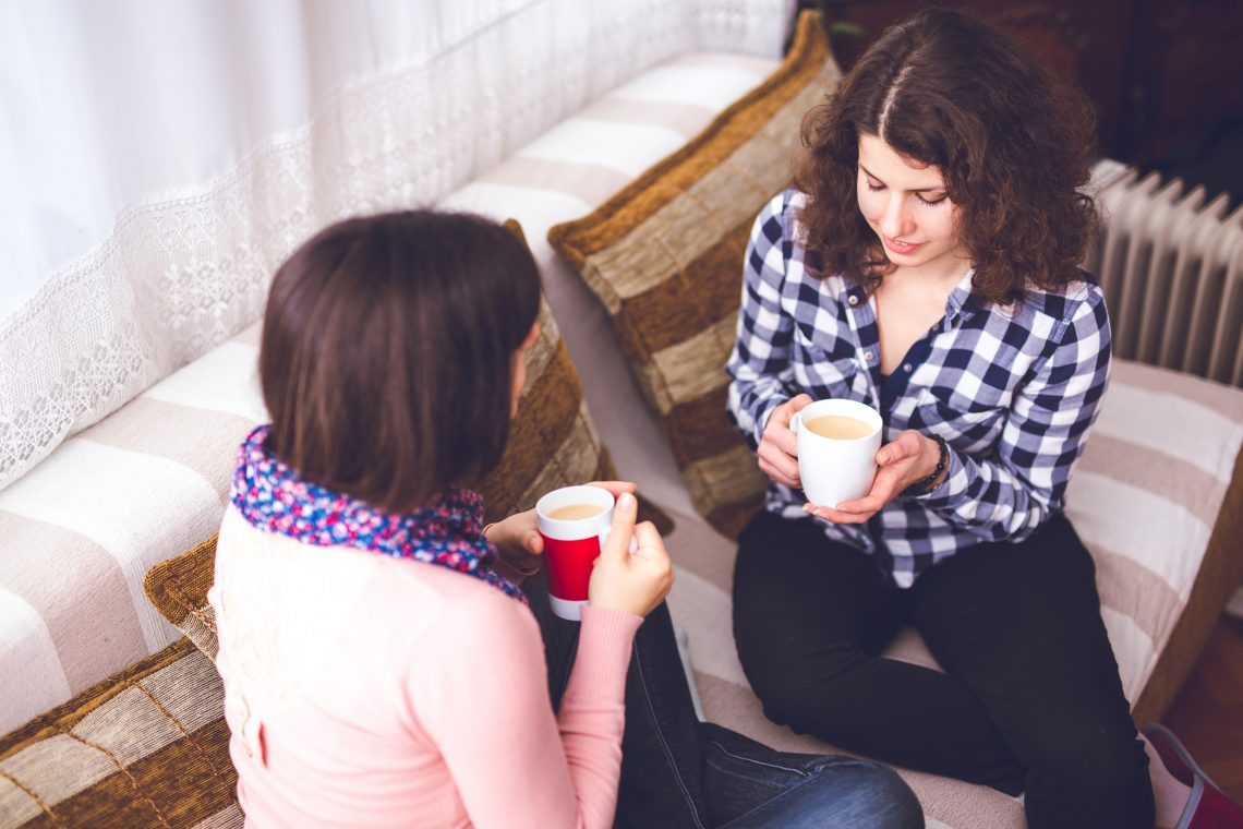 Kobiety rozmawiają ze sobą