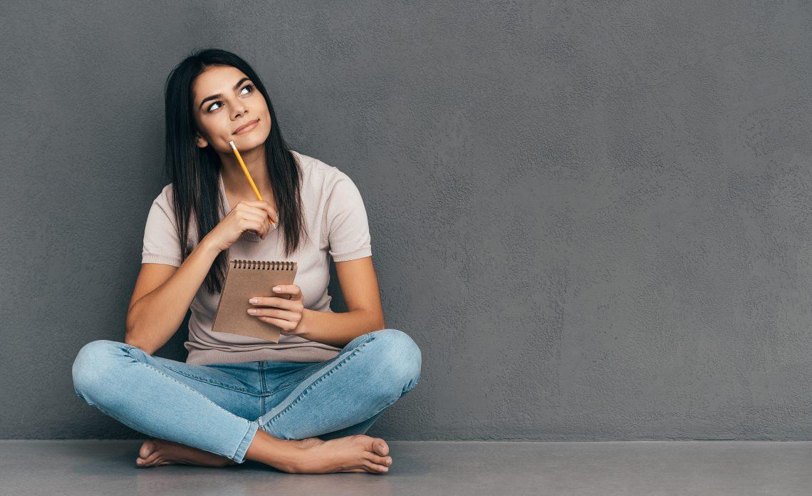 młoda kobieta siedzi i myśli