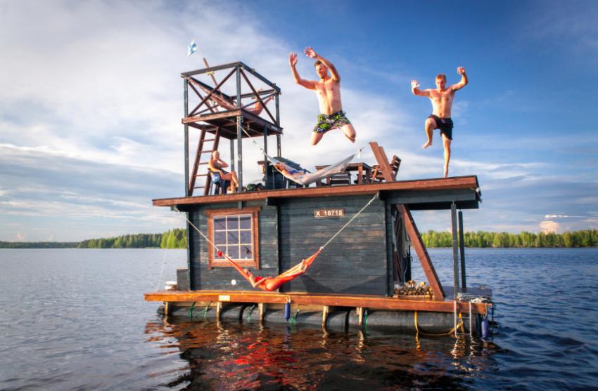 Sauną po jeziorze: kto zbuduje lepszą?