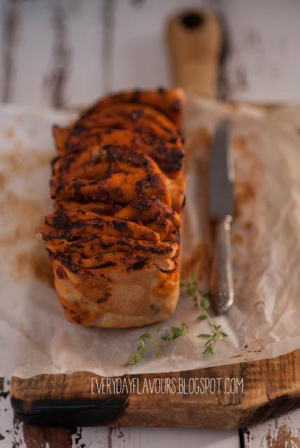 przepis na chleb pomidorowo czosnkowy_everydayflavours