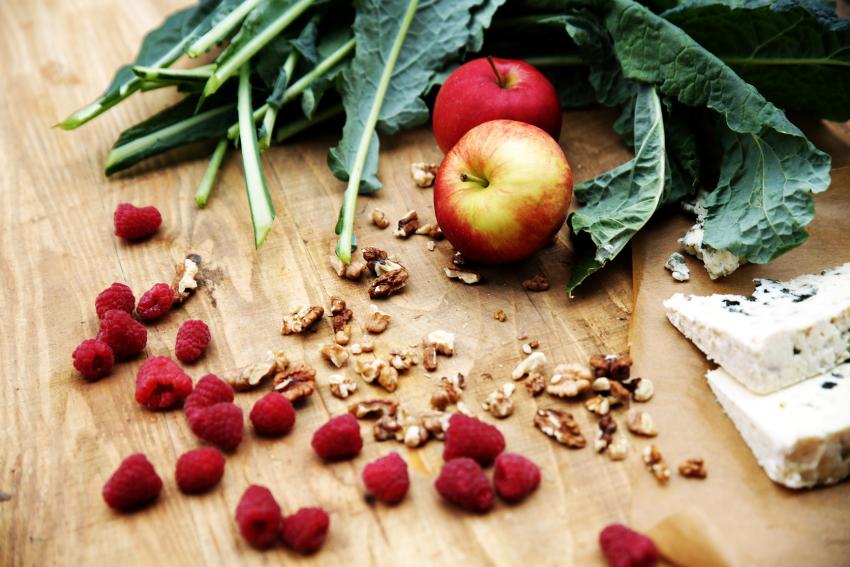 Sałatkowy dream team: jabłka i maliny