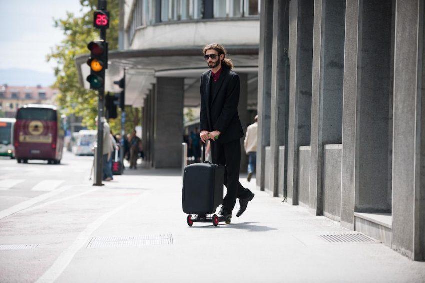 Olaf: hulajnoga z walizką