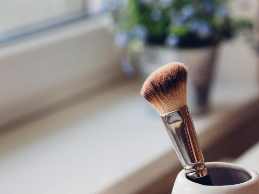 6 błędów w makijażu, które szkodzą cerze