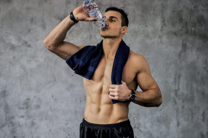 Spalaj tłuszcz, pijąc wodę