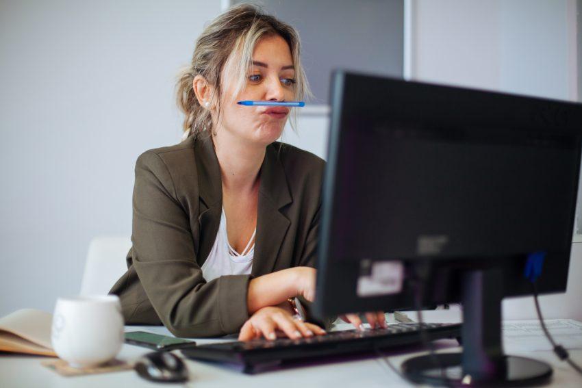 Dziewczyna siedząca przed laptopem