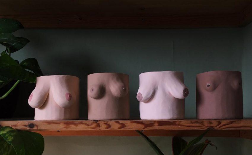 na półce swoją cztery doniczki w kształcie różnych piersi