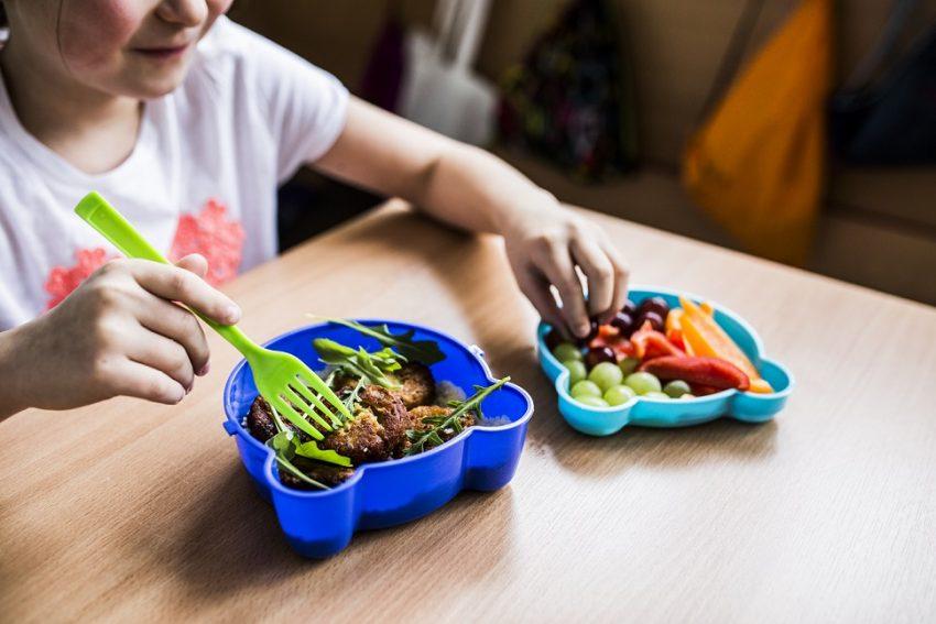 Zdrowe śniadanie do szkoły:  falafele, kasza jaglana, warzywne zoo, winogrona