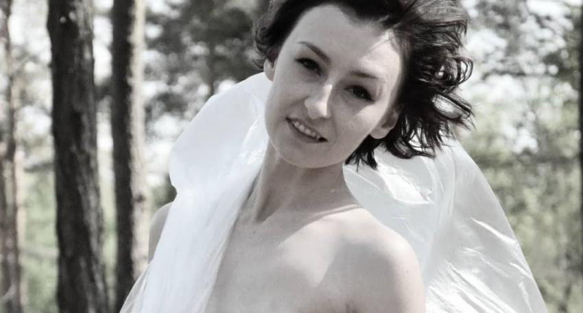 kobieta w samych majtkach pokazująca bliznę po mastektomii