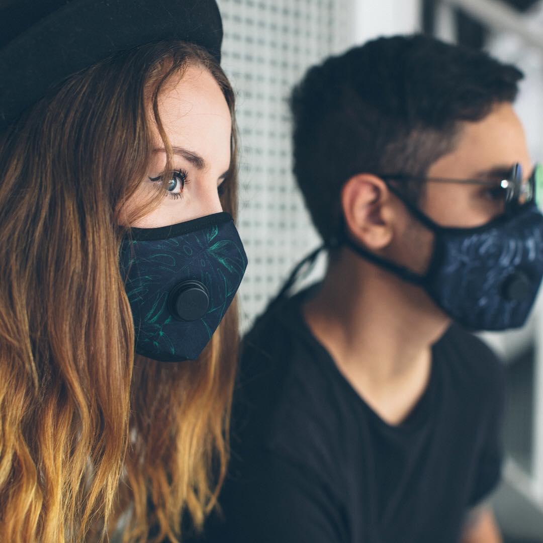 dziewczyna i chłopak w maskach smogowych