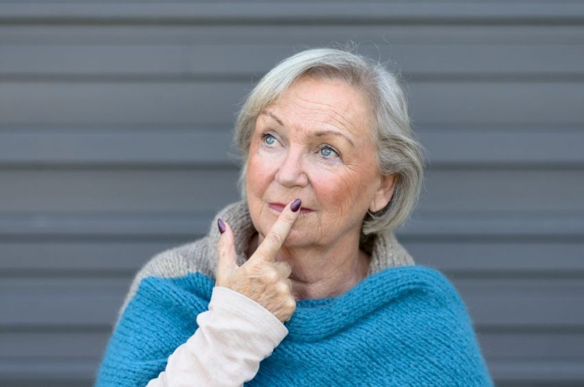 Starsza kobieta ma pierwsze objawy choroby Alzheimera