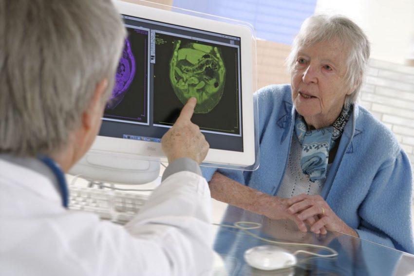 Lekarz wykonuje na komputerze test na Alzheimera