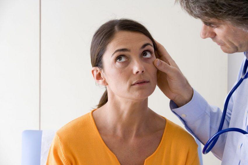 Lekarka sprawdza, czy pacjentka ma anemię sierpowatą