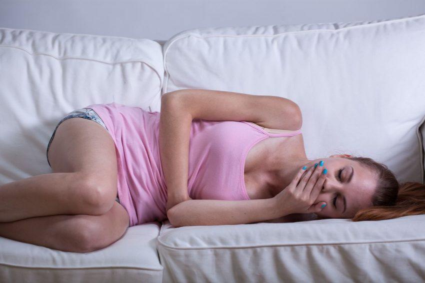 Ciężarna kobieta z anemią leży w łóżku