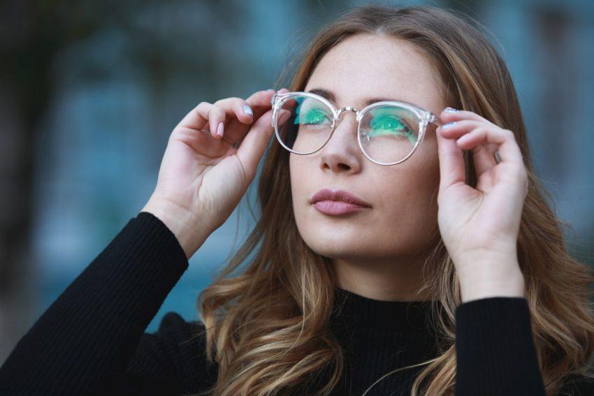 Kobieta z astygmatyzmem zakłada okulary
