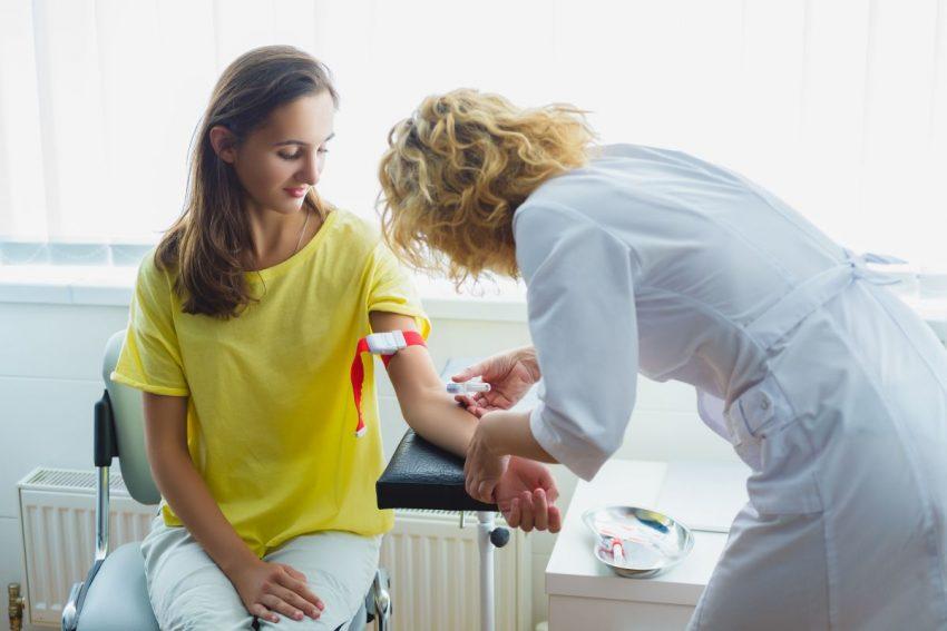 Pielęgniarka pobiera krew kobiecie