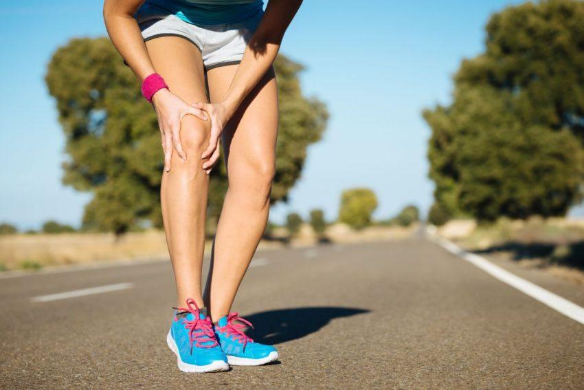 Biegacz trzyma się za bolące kolano