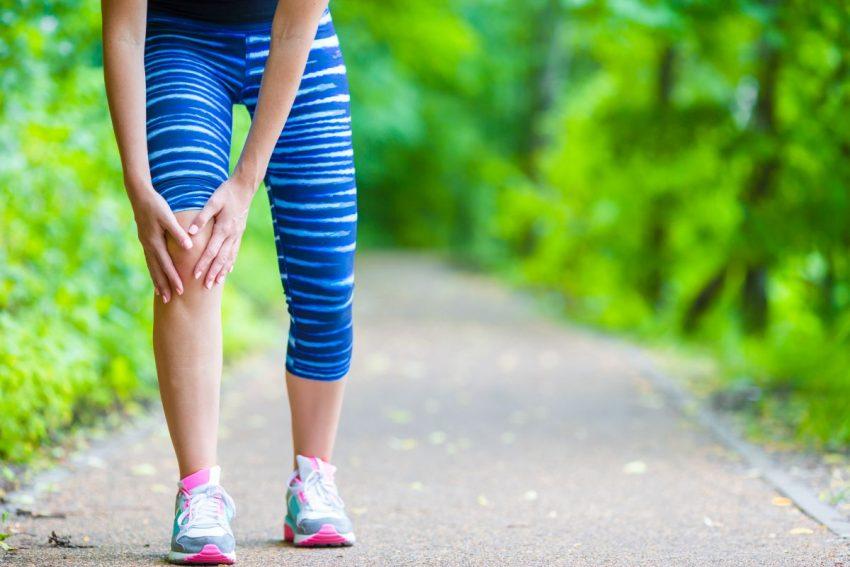 Kobieta z bólem w kolanie podczas chodzenia
