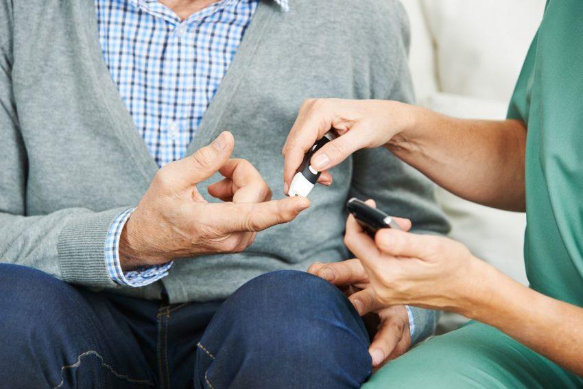 Lekarka prowadzi leczenie cukrzycy typu 1