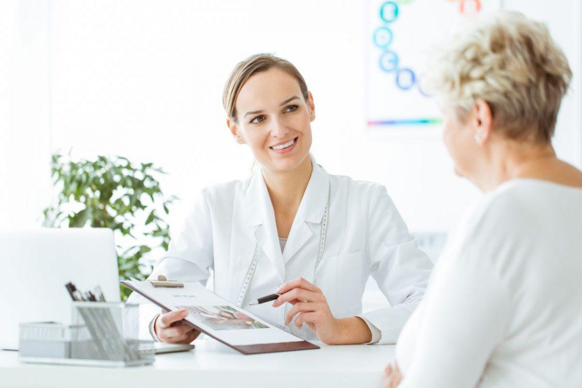Lekarka omawia wyniki pacjentki chorej na cukrzycę typu 1