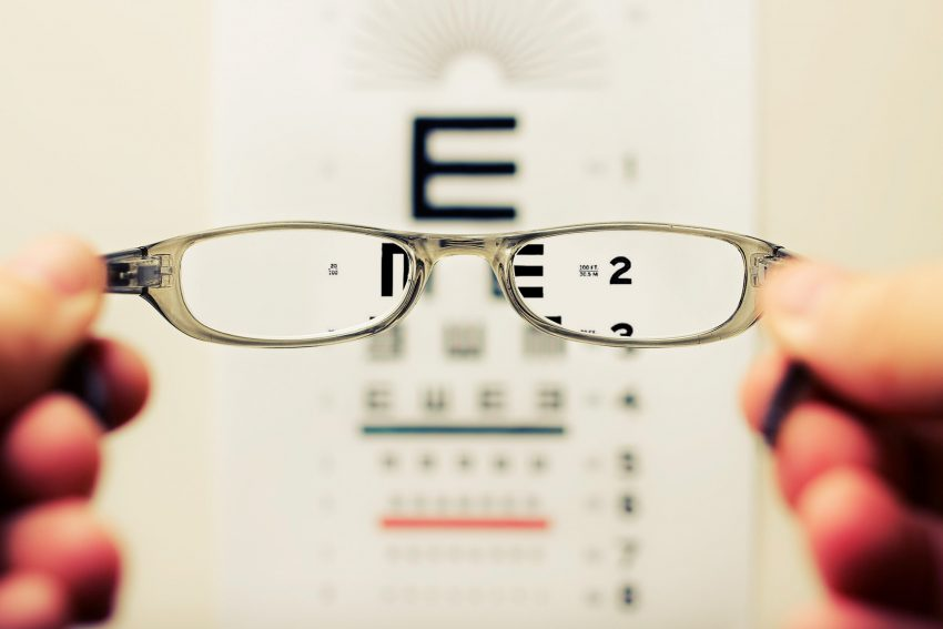 okulary i tablica do badania wzroku