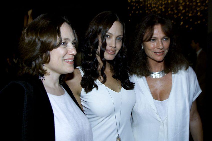Angelina Jolie z mamą w 2001 r. Po prawej Jacqueline Bisse