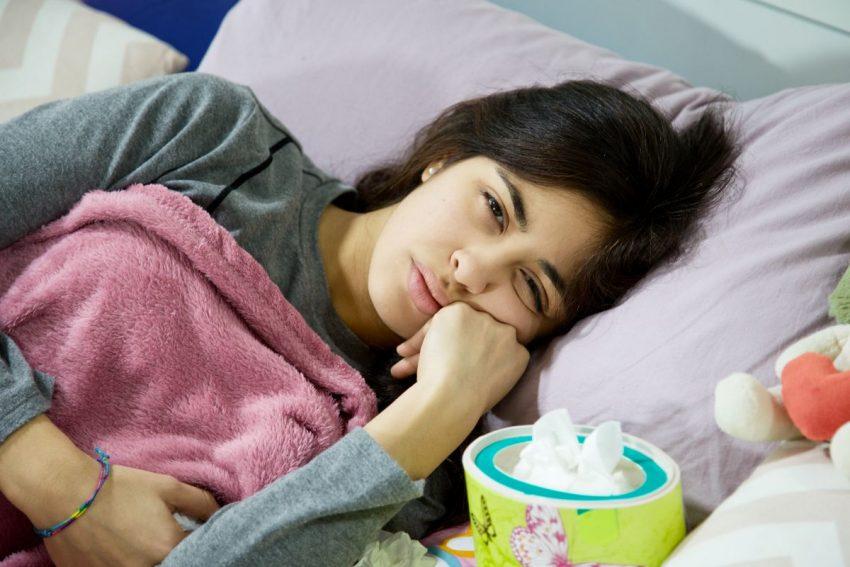 Kobieta z grypą hiszpanką leży w łóżku