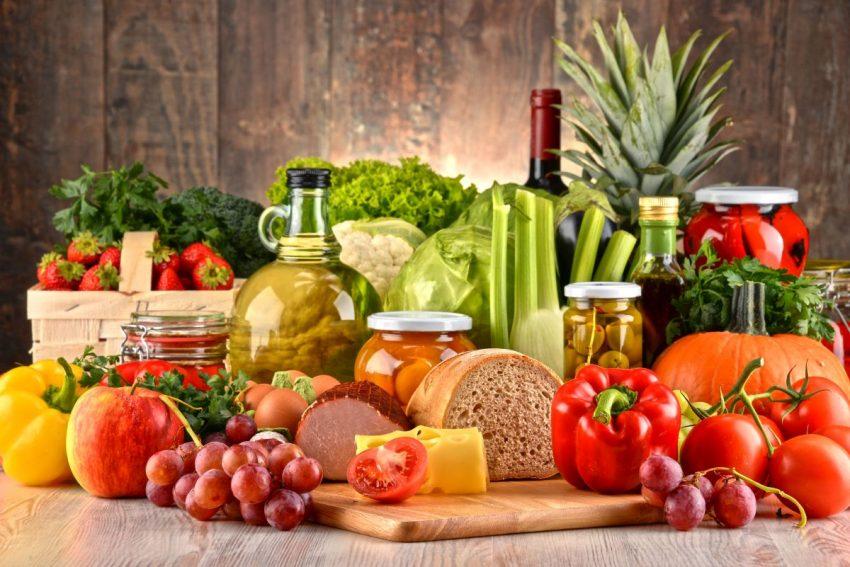 Stół z różnymi warzywami i pieczywem
