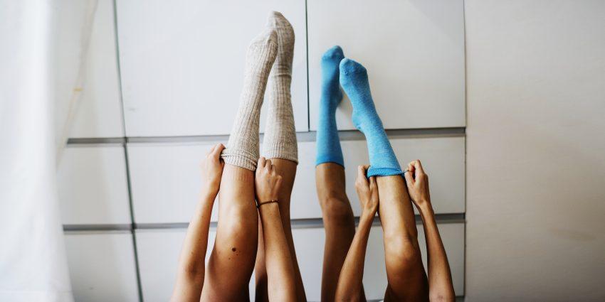nogi w podkolanówkach