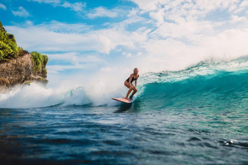 surfująca dziewczyna
