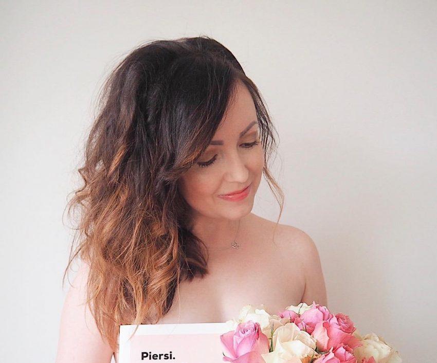 naga młoda kobieta zakrywa się jedyni książką i różami