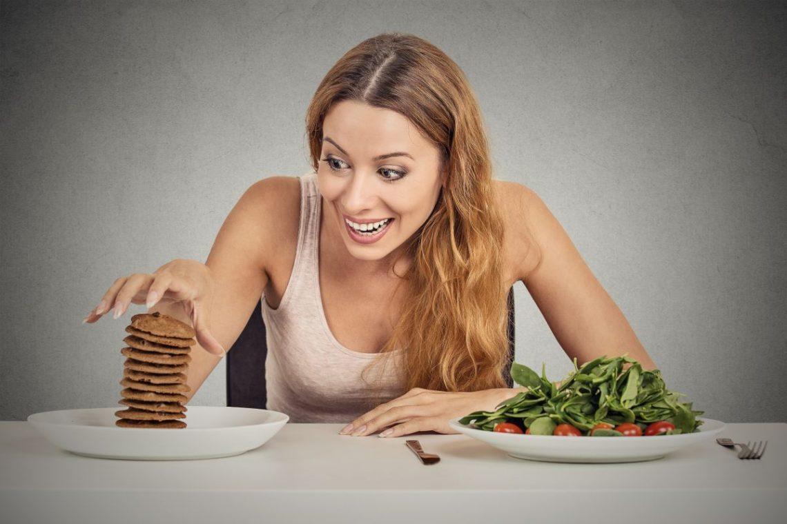 Kobieta wybiera dietę miażdżycową