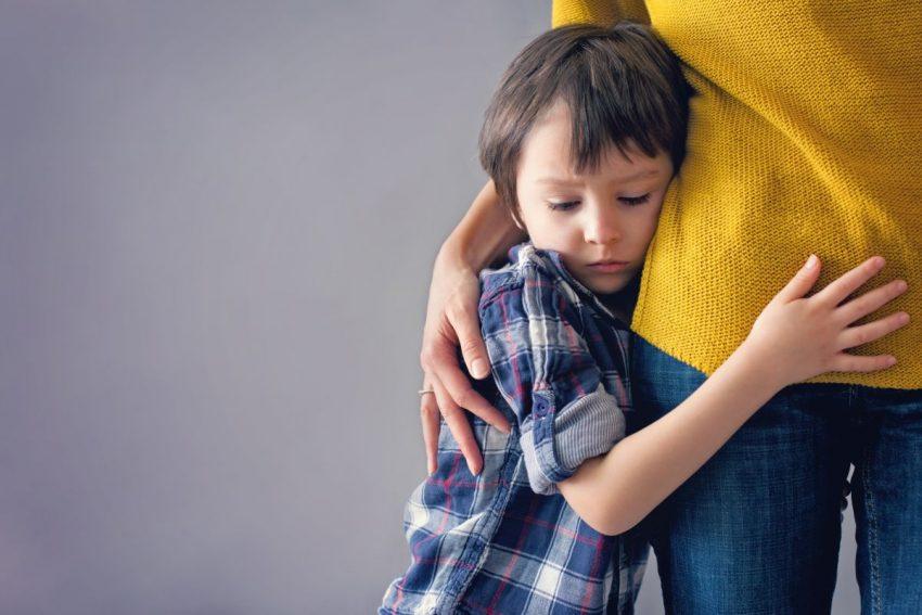 Chłopiec chory na mononukleozę przytula się do mamy