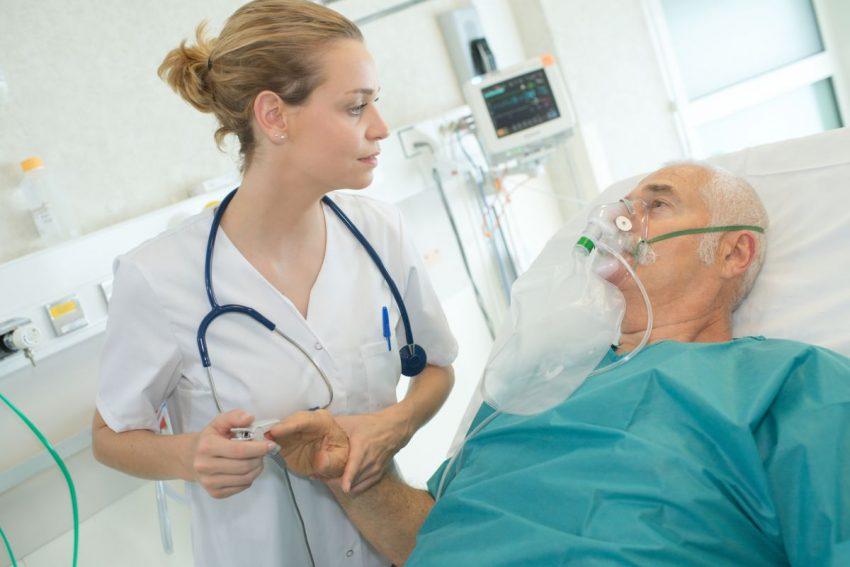 Lekarka bada starszego mężczyznę chorego na mukowiscydozę