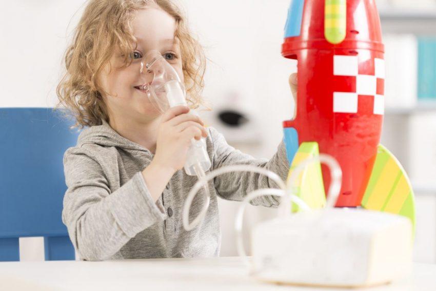 Chłopiec chory na mukowiscydozę przyjmuje tlen