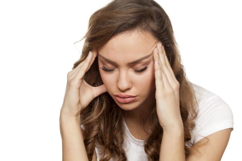 Kobieta z napięciowym bólem głowy