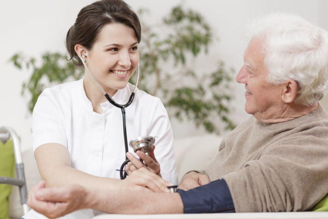 Lekarka mierzy starszemu mężczyźnie ciśnienie