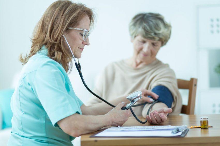 Lekarka mierzy ciśnienie starszej kobiecie