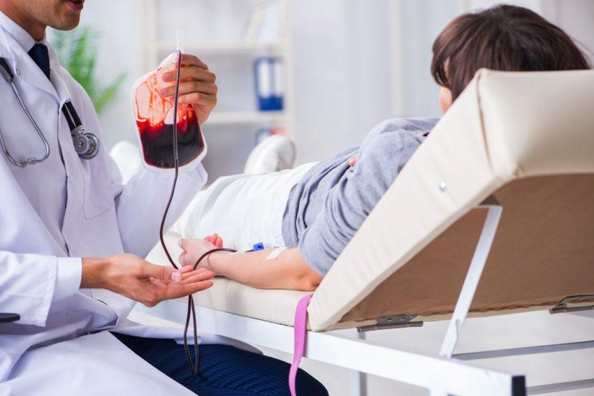 Lekarz podaje krew pacjentowi