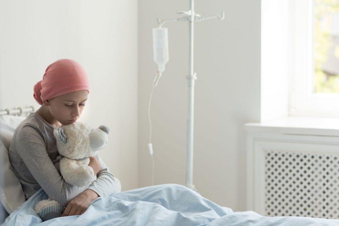 Dziewczynka z misiem w łóżku szpitalnym